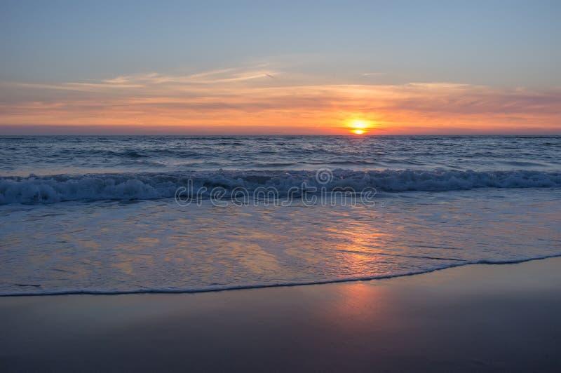 在北海的美丽和五颜六色的日落天空 库存照片