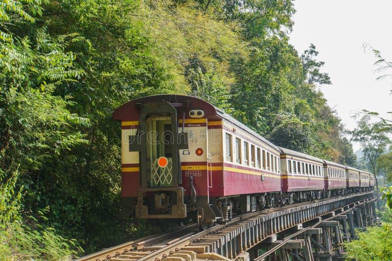 在北碧采取的铁路的葡萄酒柴油火车,泰国 库存图片