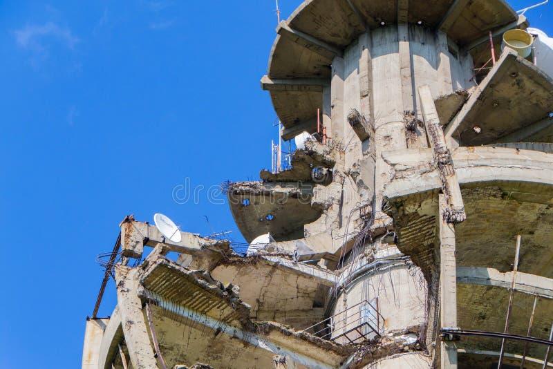 在北约轰炸损坏的电视塔 免版税图库摄影