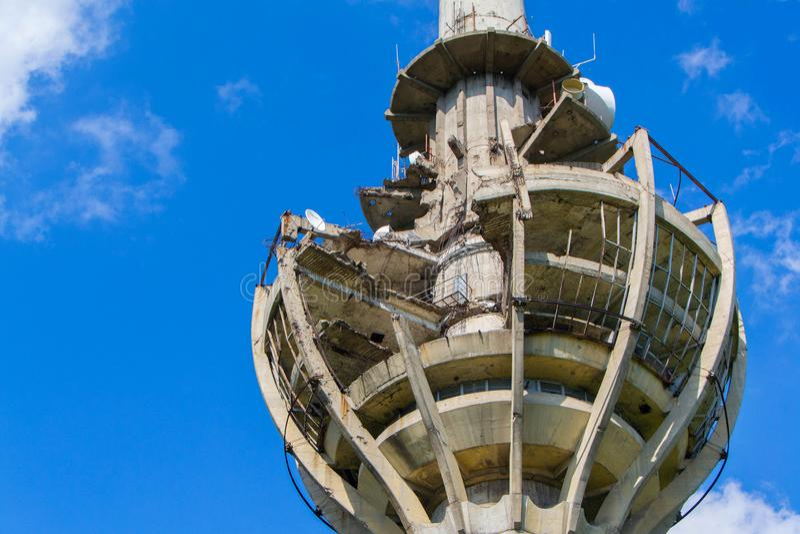在北约轰炸损坏的电视塔 库存图片