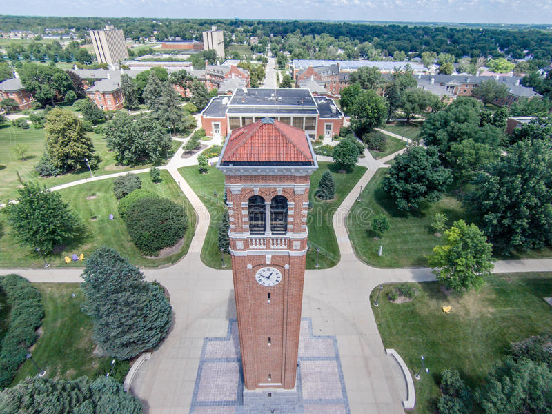 在北衣阿华的校园里的钟楼 免版税库存照片