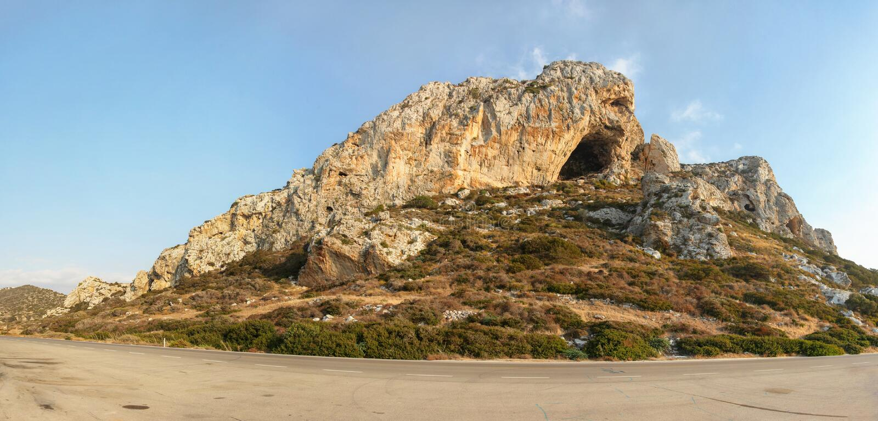 在北赛普勒斯土耳其共和国的Karpass地区的典型的岩石风景,点燃在下午太阳之前 免版税库存图片
