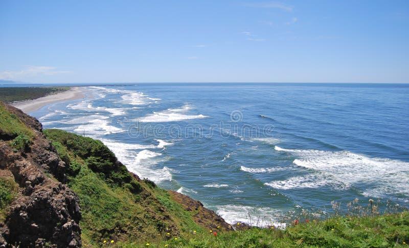 在北部华盛顿附近的海岸线顶头灯塔 免版税库存照片