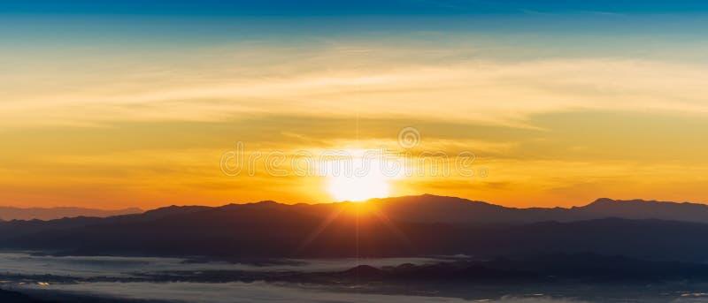 在北部泰国的山的美好的雾冬天日出 库存图片