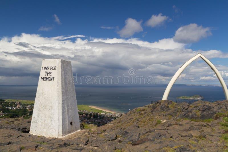 在北部Berwick法律,东洛锡安,苏格兰的Trig点 免版税图库摄影