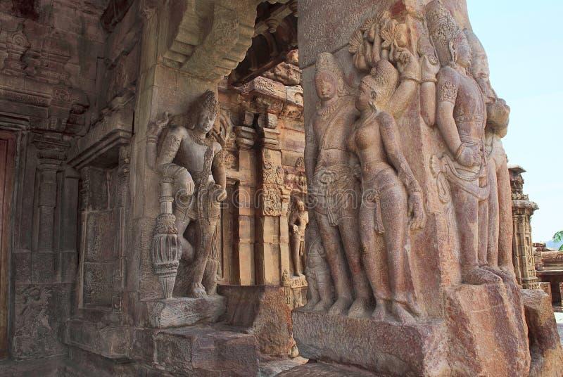 在北mukha mandapa, Virupaksha寺庙, Pattadakal寺庙comp柱子的被雕刻的图dvarapala和迷人的mithunas  库存照片