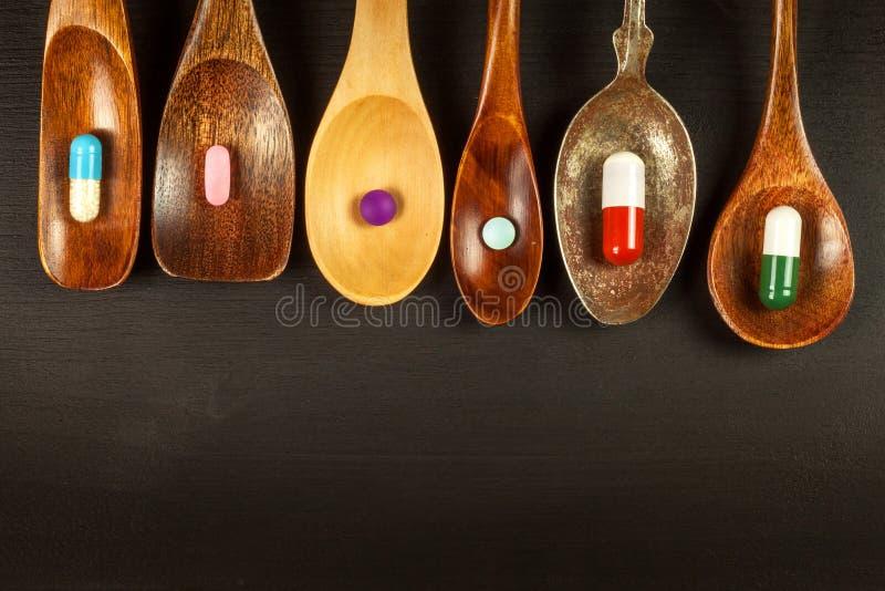 在匙子的药片 医学销售  药物药量  在桌上的类固醇 图库摄影