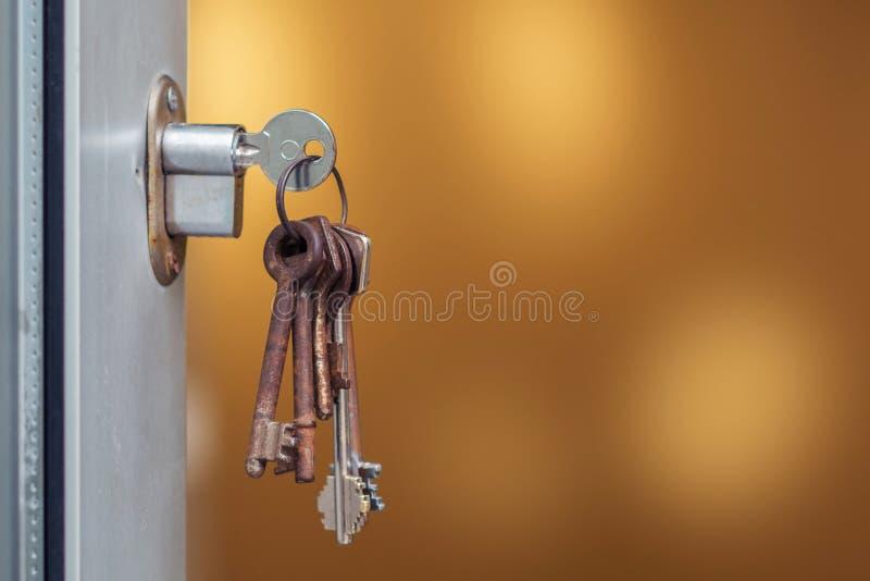 在匙孔的钥匙 免版税库存图片