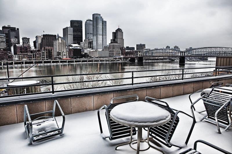 在匹兹堡江边的冷的午餐 图库摄影