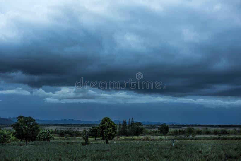 在区域的阴暗云层对农业 图库摄影