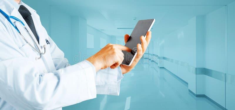 在医学和医疗保健概念的现代技术 人Using Digital Tablet In医生医院 库存图片