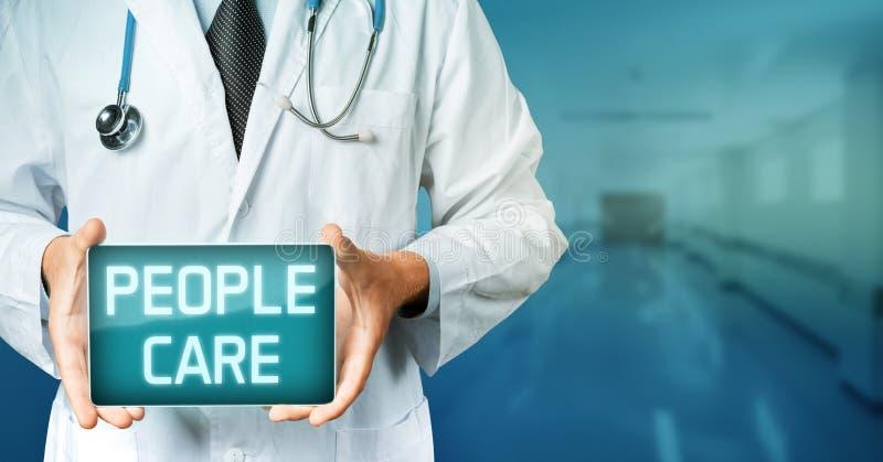 在医学概念的全球性技术 Holding Blank与人关心文本的Digital Tablet医生 库存图片