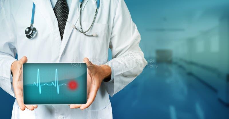 在医学概念的现代技术 Holding Blank与心脏节奏的Digital Tablet医生 在医学Conce的现代技术 免版税库存图片