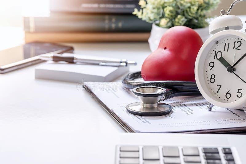 在医生书桌上的听诊器有膝上型计算机和供应的 库存图片