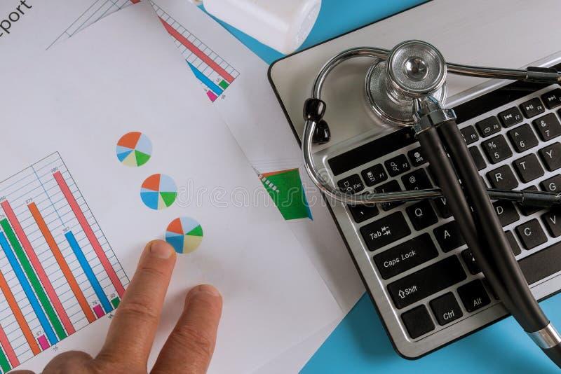 在医生书桌的听诊器有键盘药片的 r 免版税库存图片