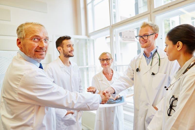 在医生和医师之间的协议 免版税库存图片