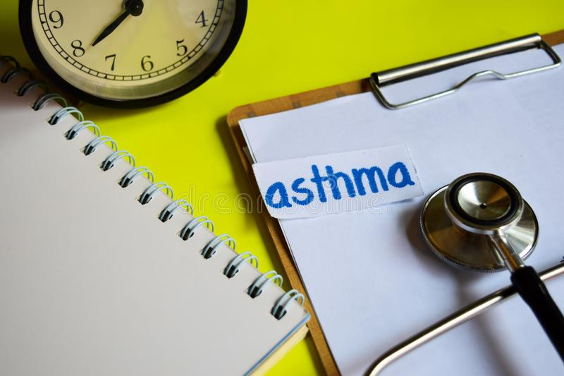在医疗保健概念启发的哮喘在黄色背景 库存图片