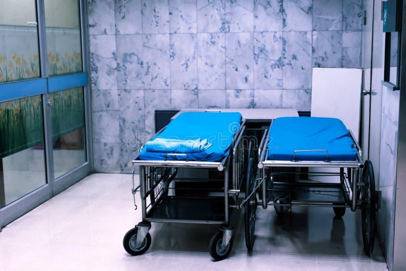 在医院区域的空的医院病床 免版税库存照片