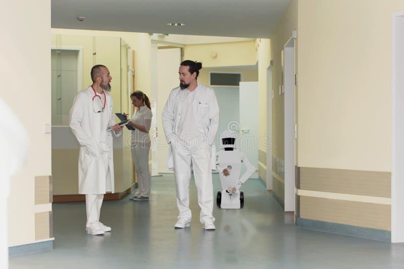 在医院或外科医生的护理保健机器人 免版税图库摄影