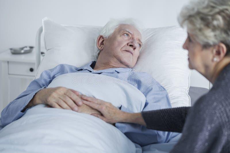在医院的哀伤的长辈 库存图片