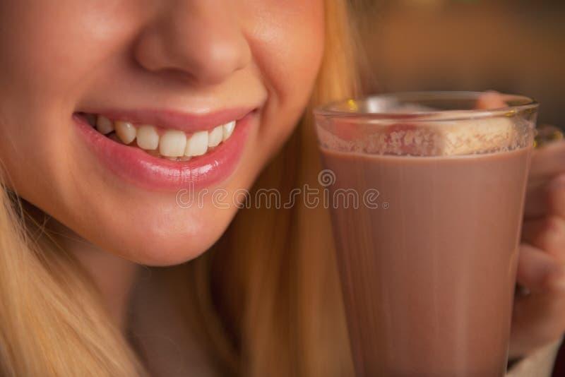在十几岁的女孩水杯的特写镜头热巧克力 免版税库存图片
