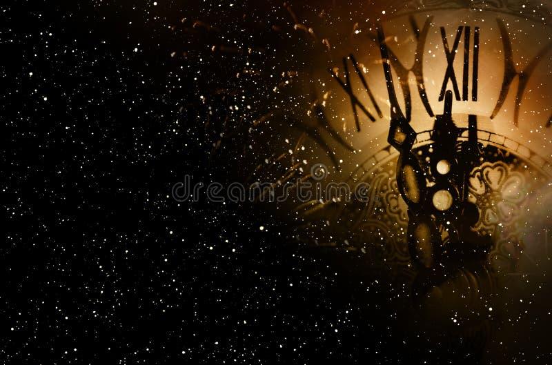 在午夜天空的时钟时间 库存照片