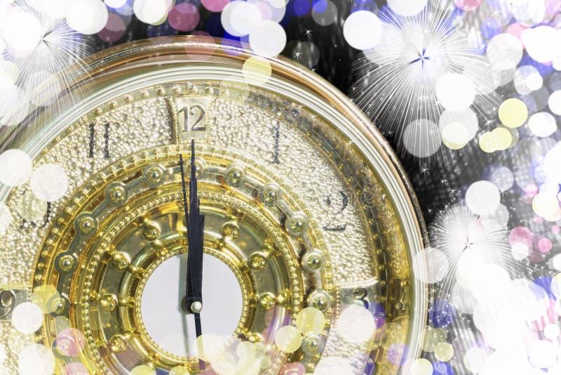在午夜时间的新年的,对新的豪华金时钟读秒 图库摄影