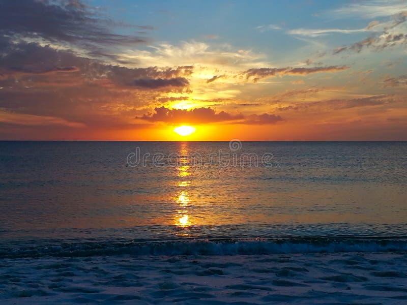 在午睡钥匙的日落在佛罗里达的墨西哥湾海岸 图库摄影