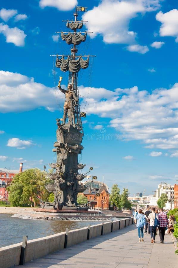在午间期间的Yakimanskaya堤防,本机在莫斯科街市,俄罗斯享受晴天 库存图片