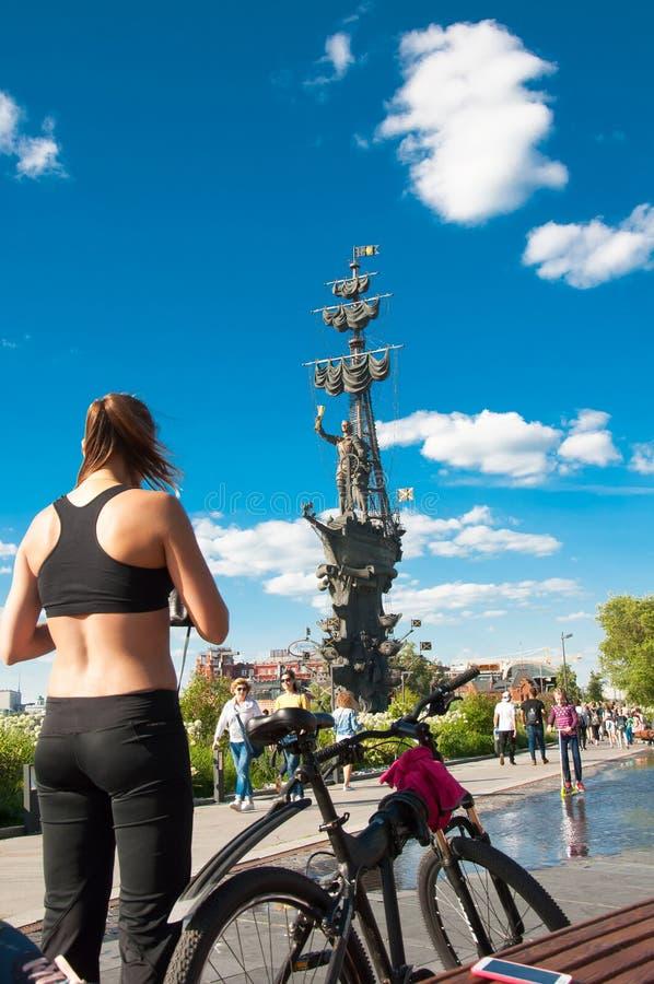 在午间期间的Yakimanskaya堤防,本机在莫斯科街市,俄罗斯享受晴天 免版税库存照片