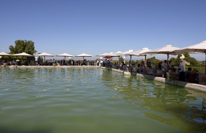 在午餐党,室外池塘大阳台的白色遮光罩 免版税库存照片