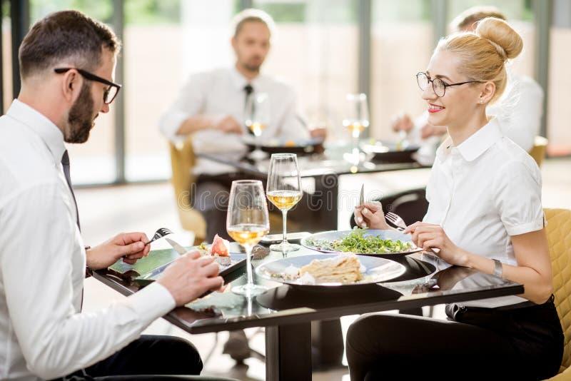 在午餐期间的商人在餐馆 免版税库存照片