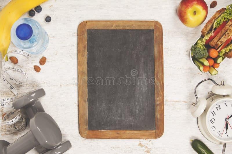 在午餐盒,测量的磁带,哑铃a的健康&健身食物 库存照片
