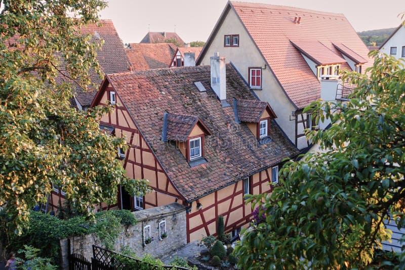 在半木料半灰泥的中世纪议院浪漫路的红瓦顶上面 图库摄影