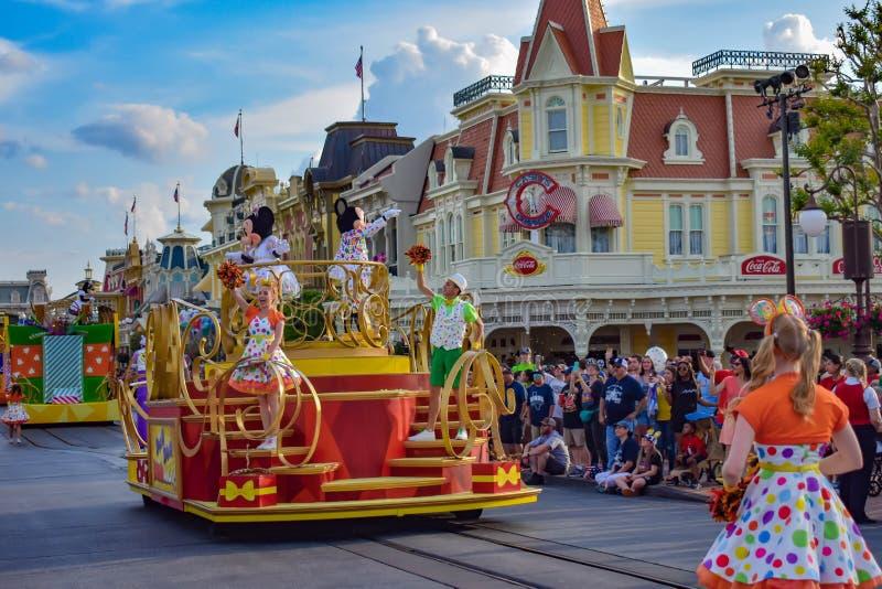 在华特・迪士尼世界2的五颜六色的米基和敏妮的惊奇庆祝游行 库存照片