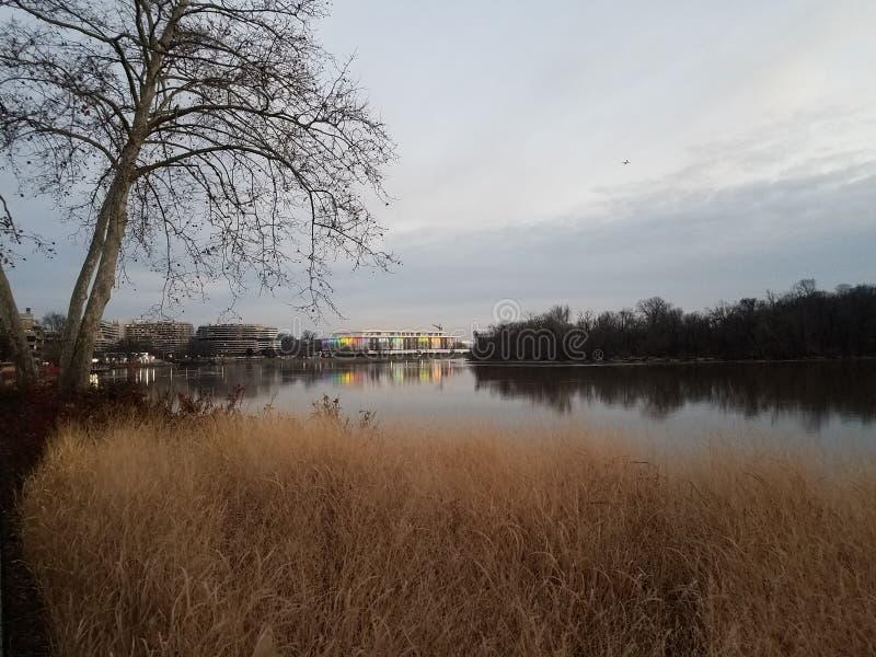 在华盛顿特区的波托马克河和肯尼迪中心 免版税库存照片