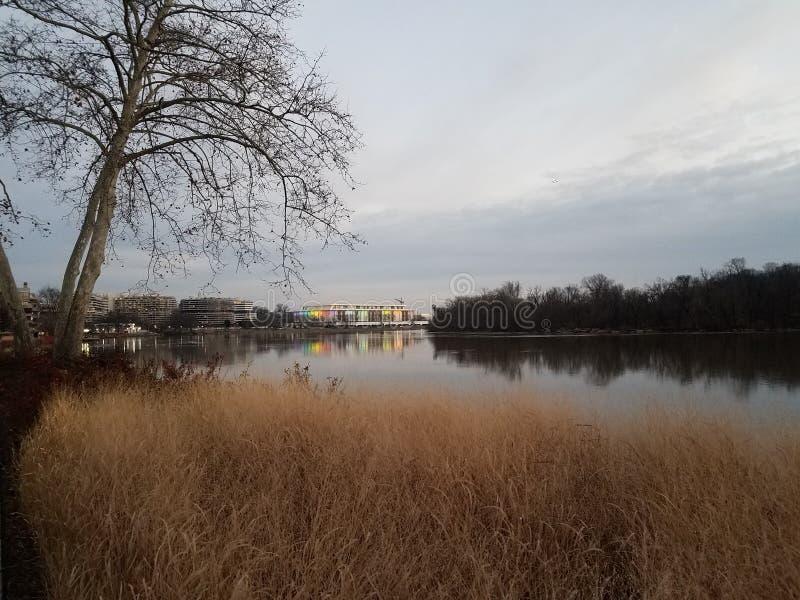 在华盛顿特区的波托马克河和肯尼迪中心 图库摄影