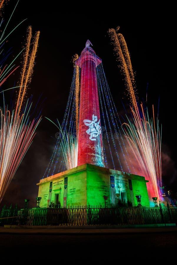 在华盛顿纪念碑的烟花在圣诞节在芒特弗农,巴尔的摩,马里兰的纪念碑照明设备 免版税库存图片