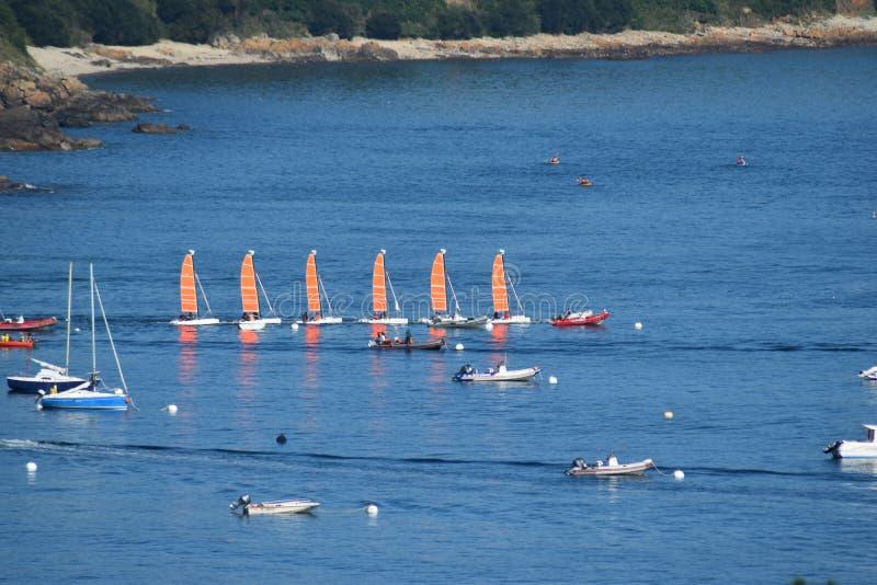 在单一文件的风船在不列塔尼的海在法国 库存照片