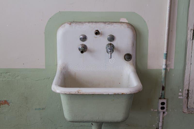 在单元块的水槽在Alcatraz旧金山 免版税库存图片