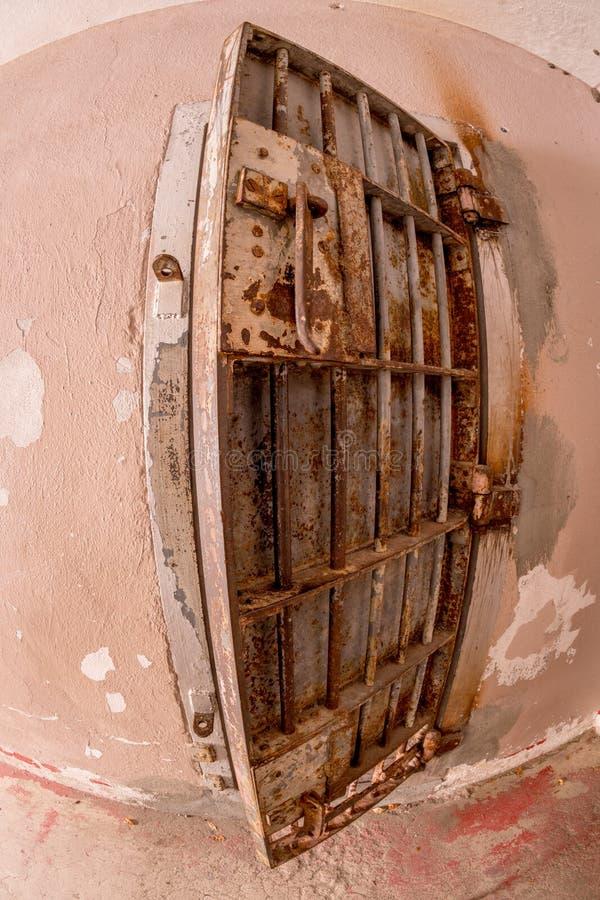 在单独监禁的老生锈的牢房门 图库摄影