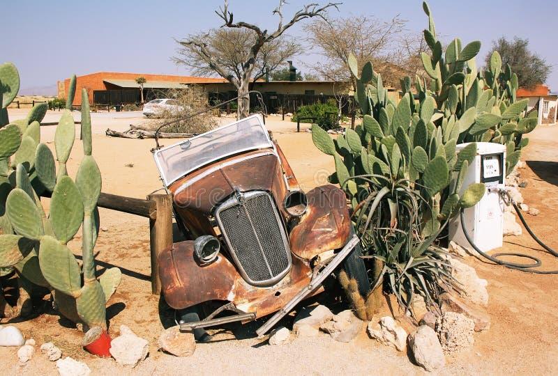在单粒宝石的被放弃的老汽车 库存图片
