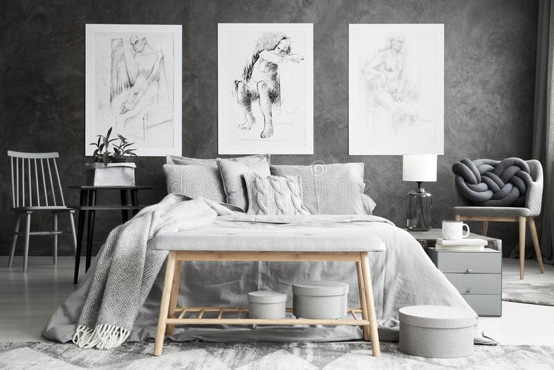 在单色卧室内部的图画 免版税库存图片