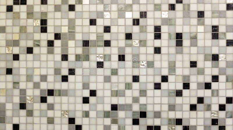 在单调混合黑色白色灰色马赛克正方形无缝的样式背景纹理的抽象发光的地垫玻璃 免版税库存图片