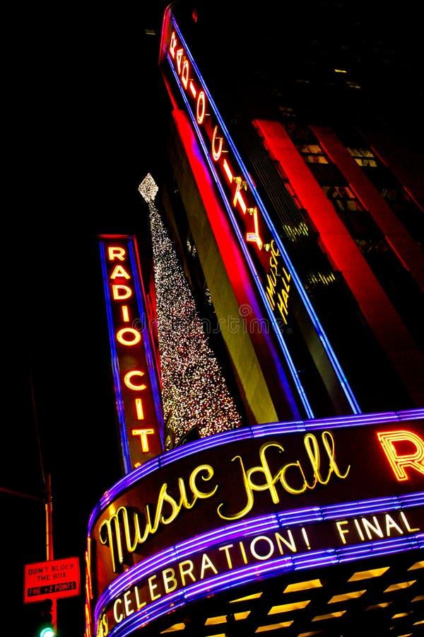 在单选城市音乐厅的圣诞节时间 图库摄影
