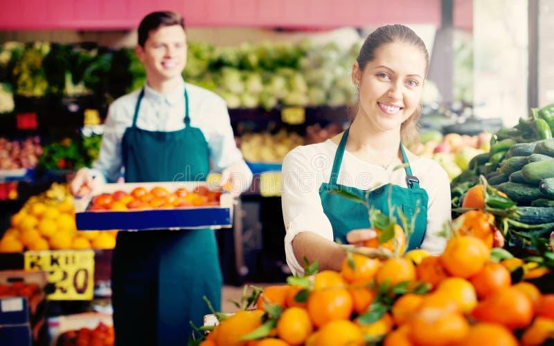 在卖甜橙、柠檬和蜜桔的围裙的材料 免版税库存照片