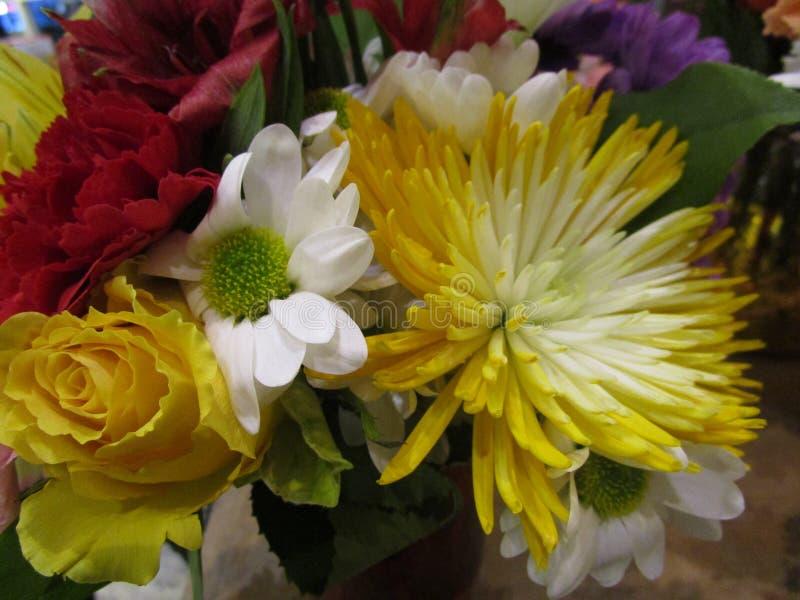 在卖花人的新鲜和有吸引力的混杂的花花束 图库摄影