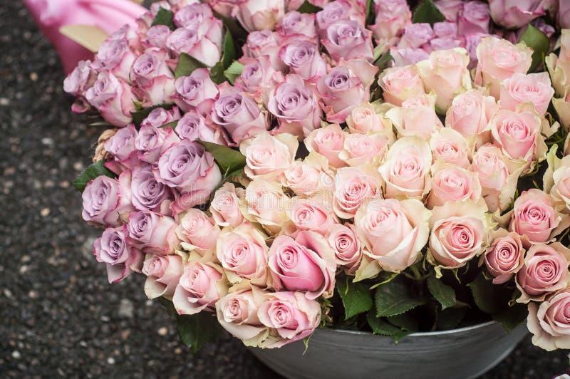 在卖花人的桃红色玫瑰花束 免版税库存照片