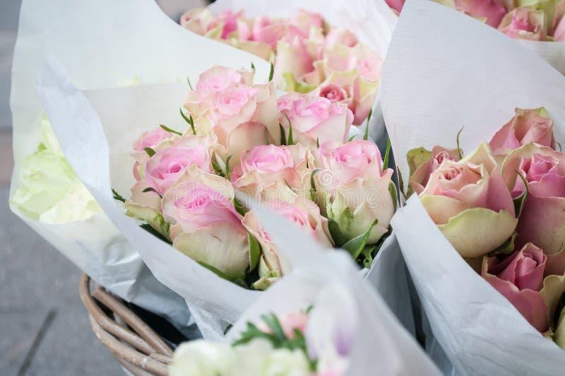 在卖花人的桃红色玫瑰 库存图片