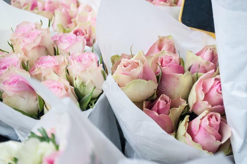 在卖花人的桃红色玫瑰 免版税库存图片